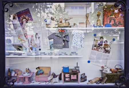 muneca vintage: Baden, Austria - 10 de junio de 2015: la mu�eca de juguete y Museo Puppen und Spielzeugmuseum Baden. casa de mu�ecas de la vendimia. El viejo teatro de marionetas. juguetes antiguos. Un escaparate con una casa de juguete.