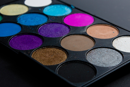 the pallet: paleta profesional del sombreador de ojos. Multicolor desmenuzado sombras de ojos. Foto de archivo