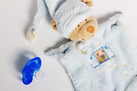 teteros: Los biberones, chupetes y juguetes extiende sobre un fondo blanco. cosas de ni�os.
