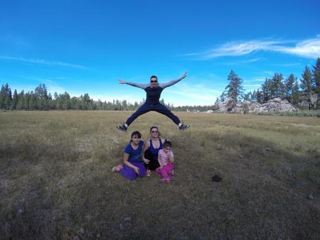 Gelukkige familie in het wild