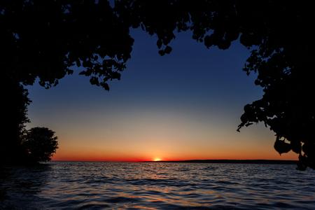 Puesta de sol roja sobre el mar, río Volga Foto de archivo