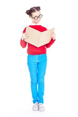Ritratto della ragazza asiatica della scuola con gli occhiali del nerd che tengono libro aperto, isolato su bianco Archivio Fotografico - 94967412