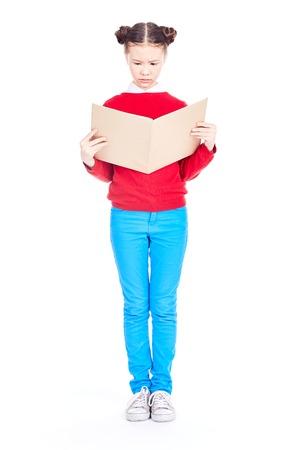 Ritratto della ragazza asiatica che tiene libro aperto e che studia sulla priorità bassa bianca Archivio Fotografico - 94967419