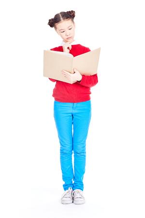 Ritratto della ragazza asiatica che tiene libro aperto e che studia sulla priorità bassa bianca Archivio Fotografico - 94967421