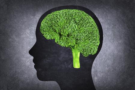 mente humana: cabeza humana con el cerebro En lugar de brócoli