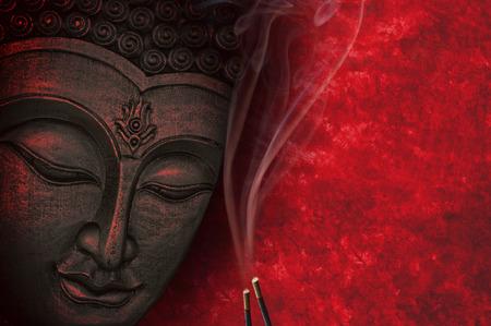 Image de Bouddha avec un fond rouge et de l'encens Banque d'images - 58762047