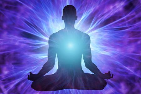 Silhouette de l'homme méditant avec des faisceaux d'énergie qui l'entourent