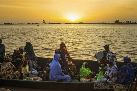 DJENNE, MALI, AFRICA - SEPTEMBER, 3, 2011 People across the river by boat 報道画像