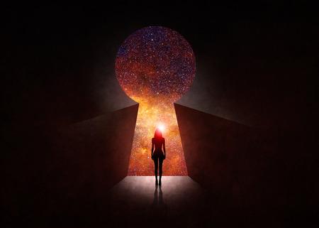 Mujer delante de puerta abierta con universo detrás