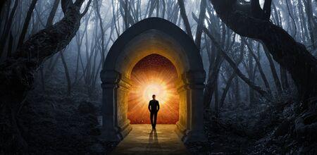 Porte dans la forêt vers une autre dimension