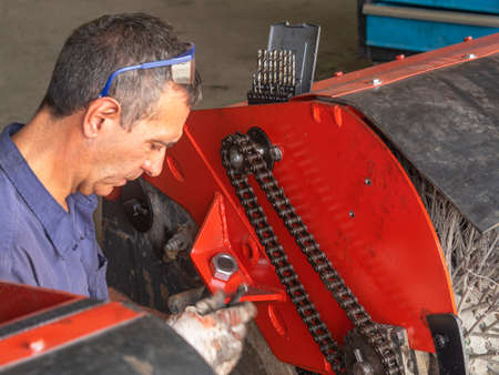 MECHANIC MAKING REPAIRS IN THE WORKSHOP Banque d'images