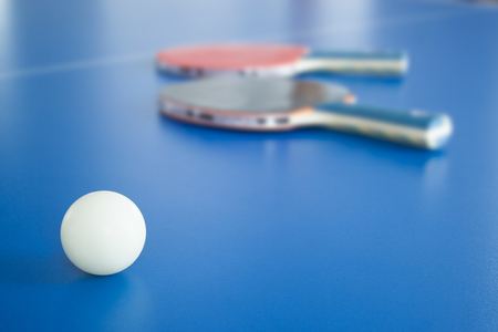 White table tennis ball with rackets on background, table tennis, wallpaper Banque d'images
