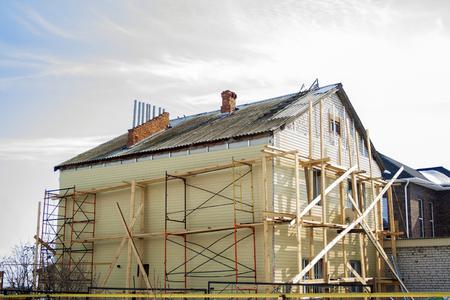 Budowa domów i rusztowań w słoneczny dzień. Proces budowy. dom na zewnątrz