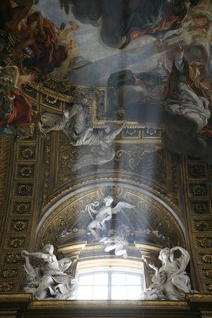 iluminated: iluminated ventana con esculturas y pinturas