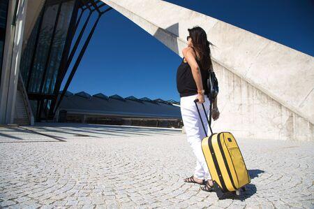 gente aeropuerto: mujer con carro fuera del aeropuerto de lyon