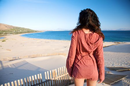 Frau am Sand Düne in Spanien mit afrikanischen Horizont  Standard-Bild - 6040241
