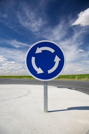 rotonde blauwe signaal in een weg bij Arevalo Spanje Stockfoto
