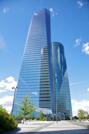 edificio cristal: rascacielos de cristal de negocios en la ciudad de Madrid Espa�a Foto de archivo