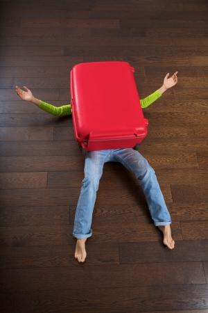mujer con maleta: la maleta grande de color rojo mat� a una mujer viajero