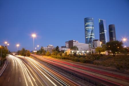's Avonds op de snelweg naast wolkenkrabbers in Madrid stad van Spanje Stockfoto