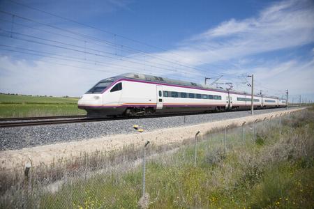 treno espresso: ferrovia con il treno ad alta velocità in un paesaggio in Spagna