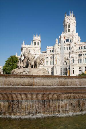 diosa griega: hito de la famosa fuente escultura neoclásica monumento de la diosa griega de Cibeles en la ciudad de Madrid España Europa, la fachada del edificio del ayuntamiento pública. Hecho en el año 1782 por el artista Ventura Rodríguez