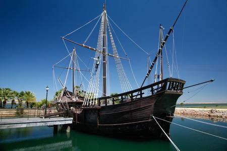 verdadera réplica de tamaño de barco antiguo llamado Pinta, uno de los barcos de Cristóbal Colón cuando descubrió América en 1492, atracó en el puerto carabelas, en Palos de la Frontera, Huelva, Andalucía, España Foto de archivo