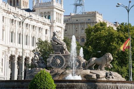 diosa griega: hito de la famosa fuente escultura neocl�sica monumento de la Cibeles diosa griega y leones en la ciudad de Madrid Espa�a Europa, con la ca�da de agua. A�o 1782 por el artista Ventura Rodr�guez Foto de archivo