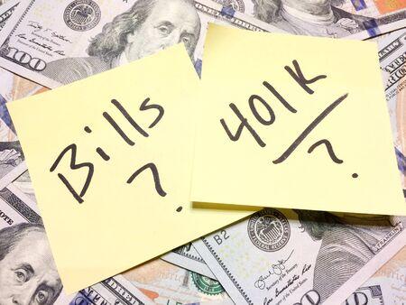 Dinero en efectivo estadounidense y nota de papel amarillo con billetes de texto y 401K con signos de interrogación en vista aérea de color negro Foto de archivo