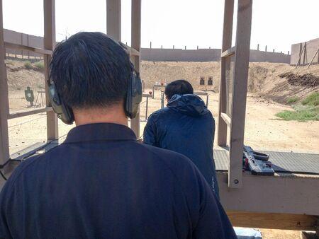 Entrenamiento de armas de fuego en escenario al aire libre con pistolas