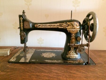 antique singer sewing machine black and gold perfect condition
