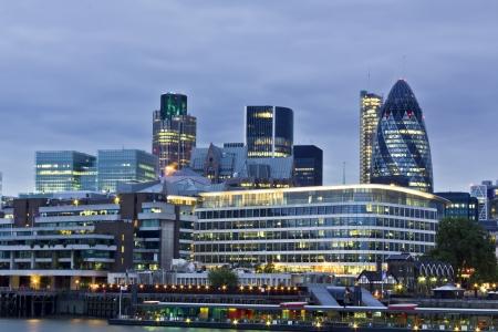 Horizonte de Londres, visto desde el río Támesis en el crepúsculo  Foto de archivo - 7519648