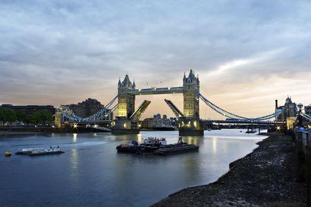 Abierto Tower Bridge al atardecer, Londres  Foto de archivo - 7565096
