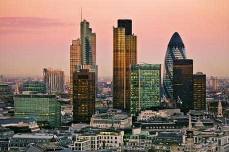 bolsa de valores: Ciudad de uno de los principales centros de las finanzas mundiales Londres esta vista incluye la torre Gherkin 42, Edificio Willis, Stock Exchange Tower y Lloyd s de Londres Foto de archivo