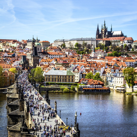 Pargue , wiew of the Lesser Bridge Tower of Charles Bridge Karluv Most and Prague Castle, Czech Republic. 에디토리얼