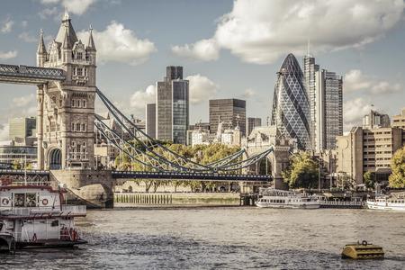 Distrito financiero de Londres y el Puente de la Torre Foto de archivo - 43753706