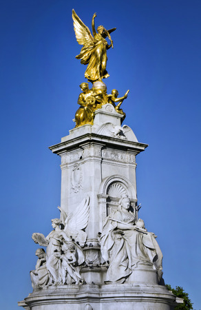 buckingham palace: Nike Goddess of Victory Statue on the Victoria Monument Memorial outside Buckingham Palace, London
