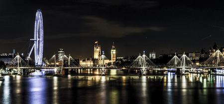 iluminado: Londres en el crepúsculo. Ojo de Londres, el Big Ben y las Casas del Parlamento.