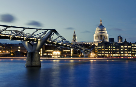 La catedral de la ciudad de Londres, el puente del Milenio y St. Paul de noche Foto de archivo - 43753747
