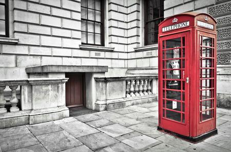 cabina telefonica: Cuadro clásico teléfono rojo de británico en Londres  Foto de archivo
