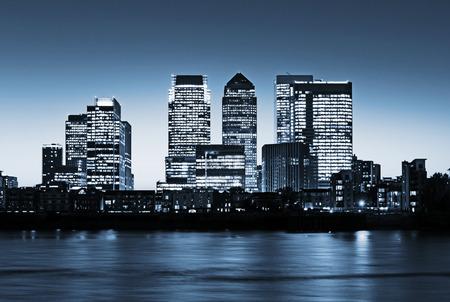 Canary Wharf en la oscuridad, rascacielos famosos del distrito financiero de Londres en el crepúsculo. Esta visión incluye: Credit Suisse, Morgan Stanley, Sede de Grupo HSBC, Canary Wharf Tower, centro de Citigroup Foto de archivo - 43753539