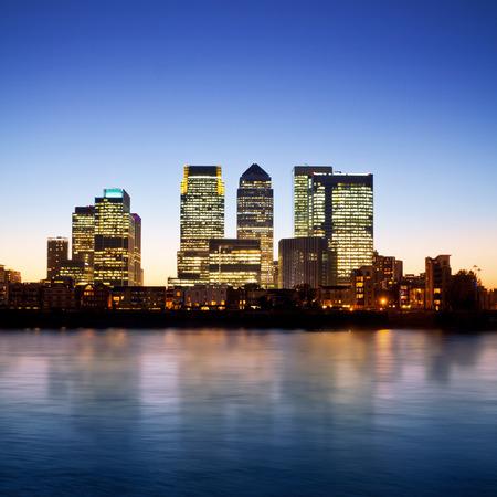 Canary Wharf al atardecer, rascacielos famosos del distrito financiero de Londres en el crepúsculo. Esta visión incluye Foto de archivo - 43753543