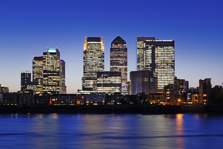 Canary Wharf at dusk, Famous skyscrapers of London\'s financial district at twilight. 스톡 콘텐츠