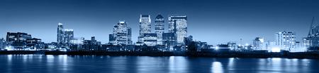 Canary Wharf al atardecer, rascacielos famosos del distrito financiero de Londres en el crepúsculo. Foto de archivo - 43753566