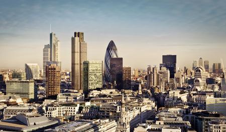 City of London een van de toonaangevende centra van globale financiën. Deze visie omvat Toren 42, augurk, Willis Building, Stock Exchange Tower, Lloyds of London en Canary Wharf op de achtergrond. Stockfoto