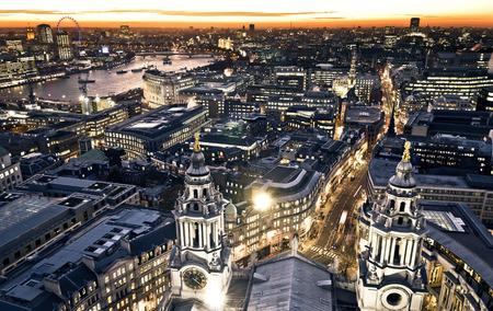 noche: Londres en el crepúsculo de vista de la catedral de St. Paul