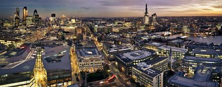 bolsa de valores: Londres vista en el crepúsculo panorámica de la catedral de St. Paul. Ciudad de Londres uno de los principales centros de las finanzas globales. Esta visión incluye la Torre 42 pepinillo, Willis Building, Bolsa de Valores de la Torre, Canary Wharf, Tower Bridge y la construcción del casco Mín
