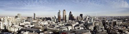 Ciudad de Londres uno de los principales centros de las finanzas globales. Esta vista panorámica incluye Torre 42, el pepinillo, Willis Building, Bolsa de Valores de la Torre, Lloyds de Londres, el Tower Bridge y Canary Wharf en el fondo. Foto de archivo - 43753425