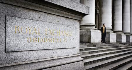 bolsa de valores: El hombre de negocios en el edificio Royal Exchange Foto de archivo