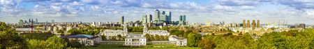 London panorama from Greenwich park, downtown, National Maritime Museum, skyscrapers of Canary Wharf and O2 arena 免版税图像